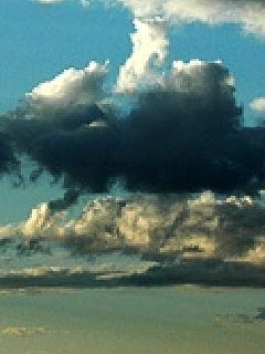 阳光下的乌云